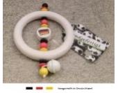 Baby Greifling Rassel Beißring | Holz Lernspielzeug als Geschenk zur Geburt & Taufe | Motiv Fussball Deutschland Flagge - schwarz, rot, gold